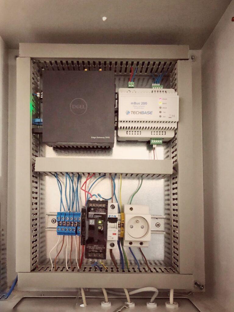 Skrzynka komunikacyjna SYLOS IoT umieszczona w budynku mieszkalnym